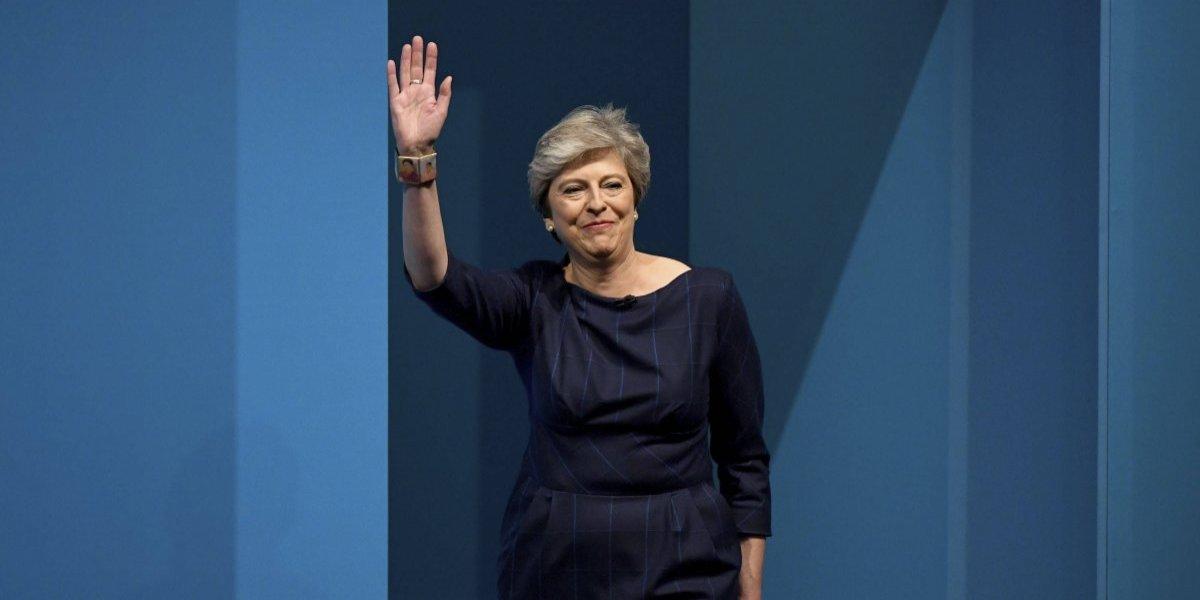 Ministros apoyan a May ante versiones de conspiración para que dimita