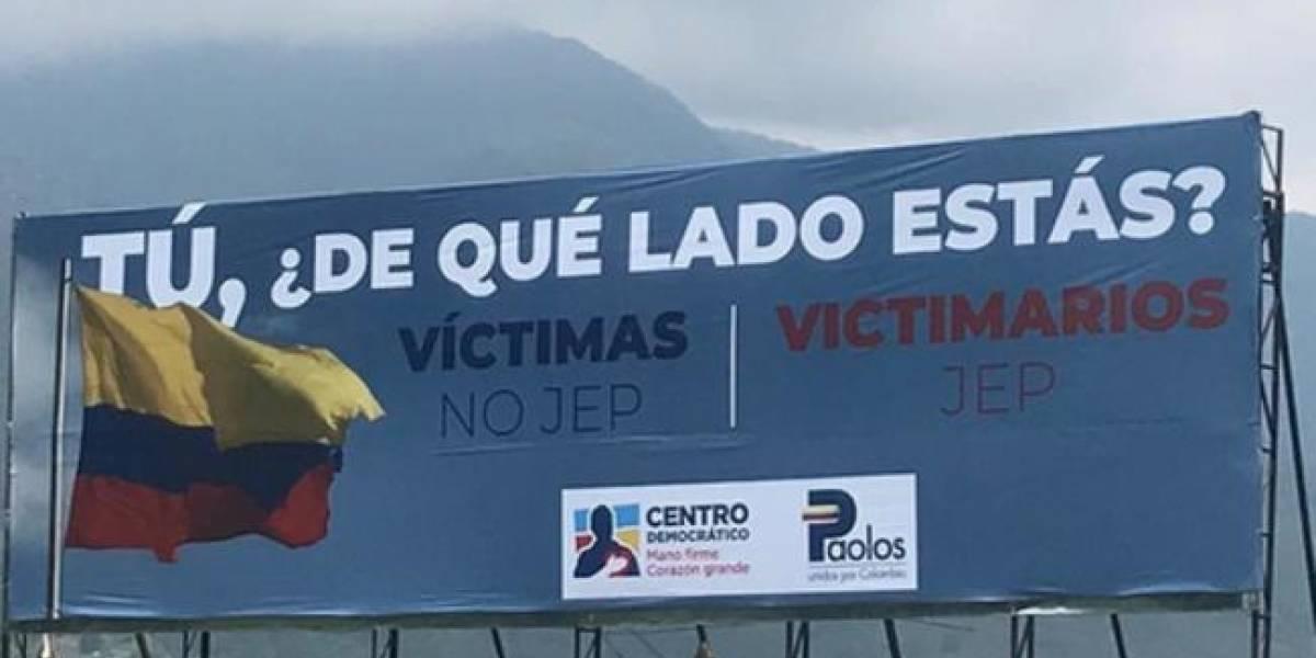 Centro Democrático instala vallas en contra de la JEP y desata polémica en redes sociales