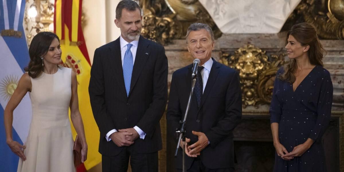 El papelón del aeropuerto de Buenos Aires: hacen esperar casi una hora a los reyes de España para bajar del avión