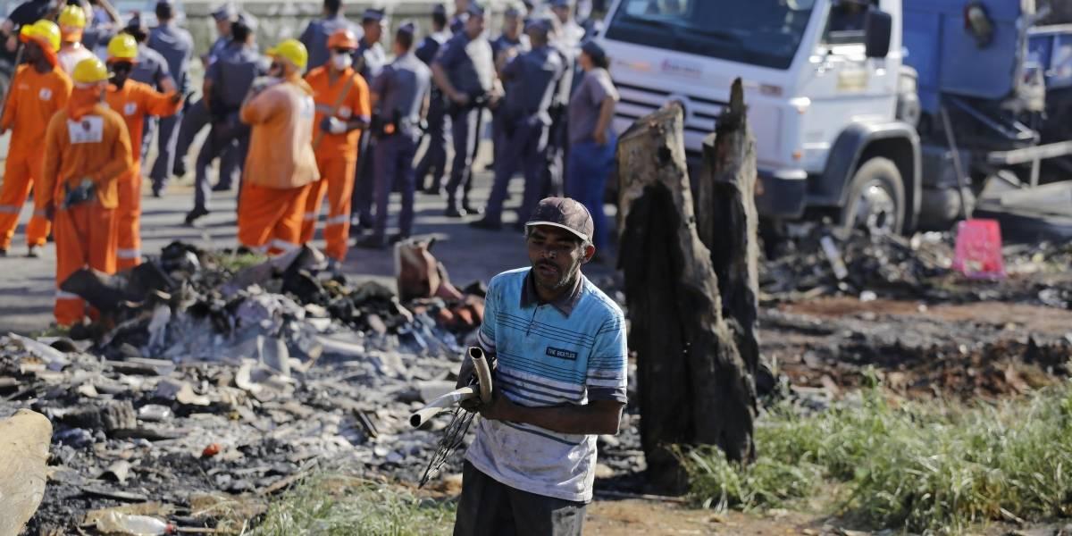 Depois de incêndio, famílias da Favela do Cimento vão para centros de acolhimento