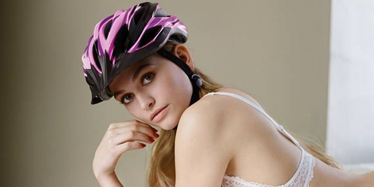 """""""Mira mi casco... ¡El casco!"""": la sexista campaña de seguridad que genera polémica en Alemania"""