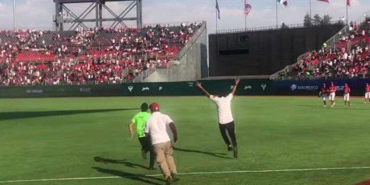 VIDEO: Espontáneos arruinan juegos inaugurales del nuevo estadio de Diablos Rojos