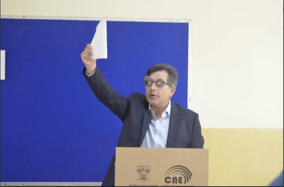 César Montúfar, ejerciendo su derecho al voto