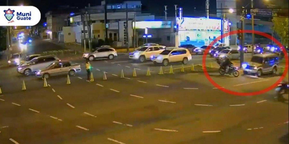 VIDEO. Motociclista no respeta indicaciones de agente y choca