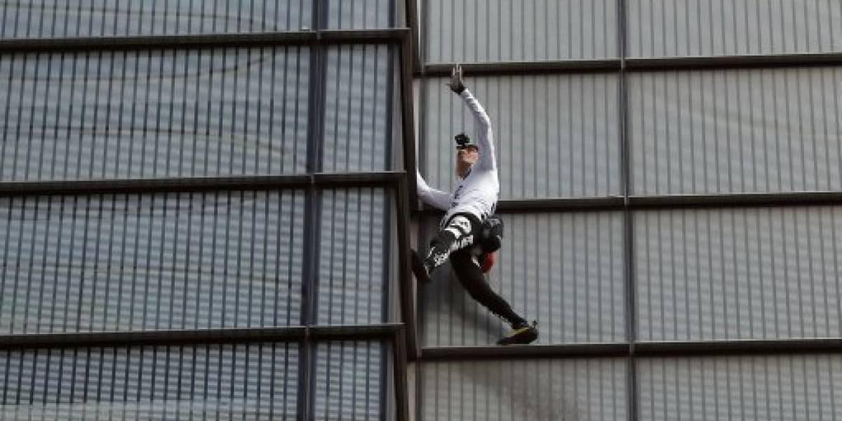 'Homem-Aranha francês' escala arranha-céu sem proteção para levantar fundos para catedral