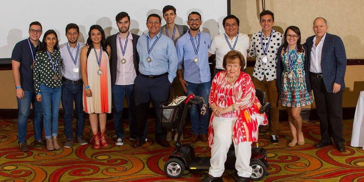 Universitarios becados por la Fundación Juan Bautista celebran culminación de estudios
