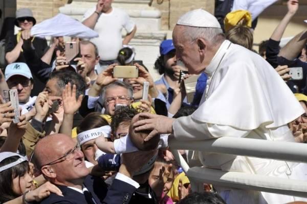 Video: El gesto del papa Francisco que despertó las críticas en redes sociales