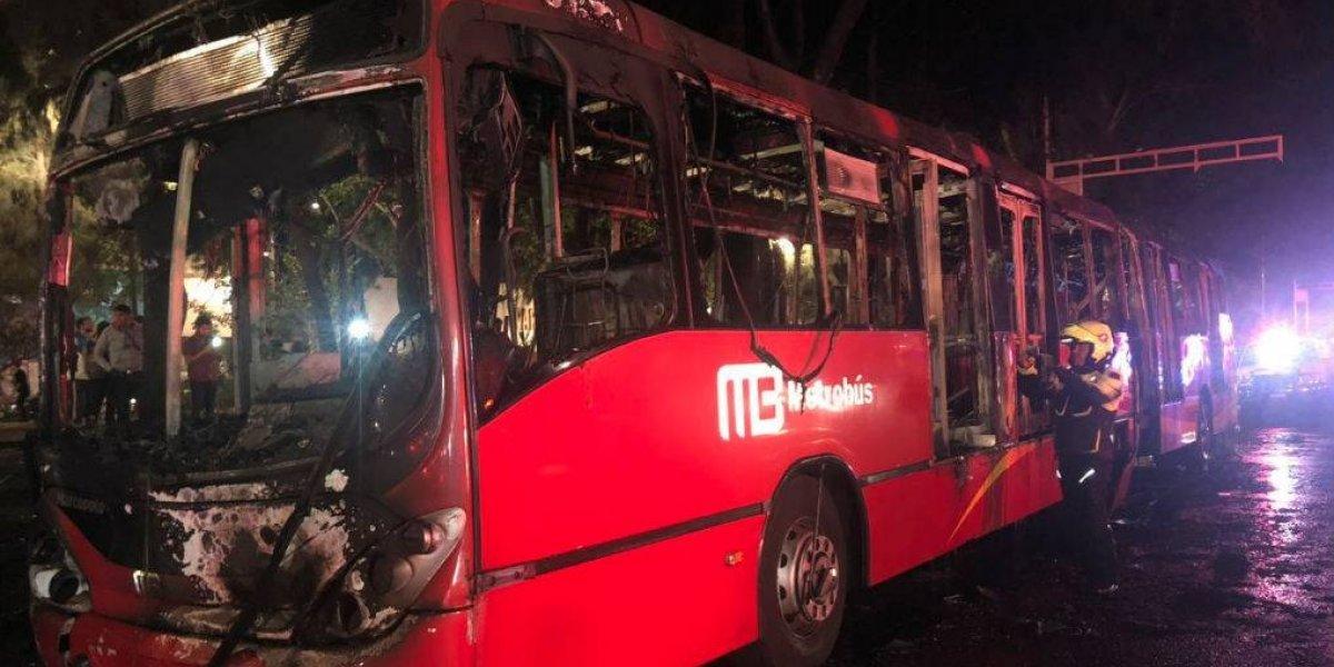 Incendio consume unidad del Metrobús de la Línea 2