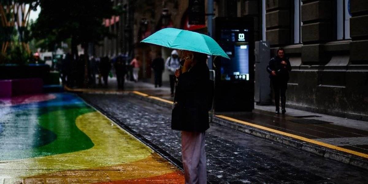 ¿Qué pasará con las lluvias en Santiago? Sistema frontal llega este miércoles a la Región Metropolitana con el viento como protagonista