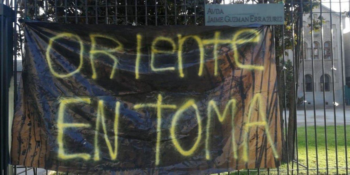Toma feminista en Campus Oriente de la PUC: alumnas piden desvinculación inmediata de profesores denunciados por abusos