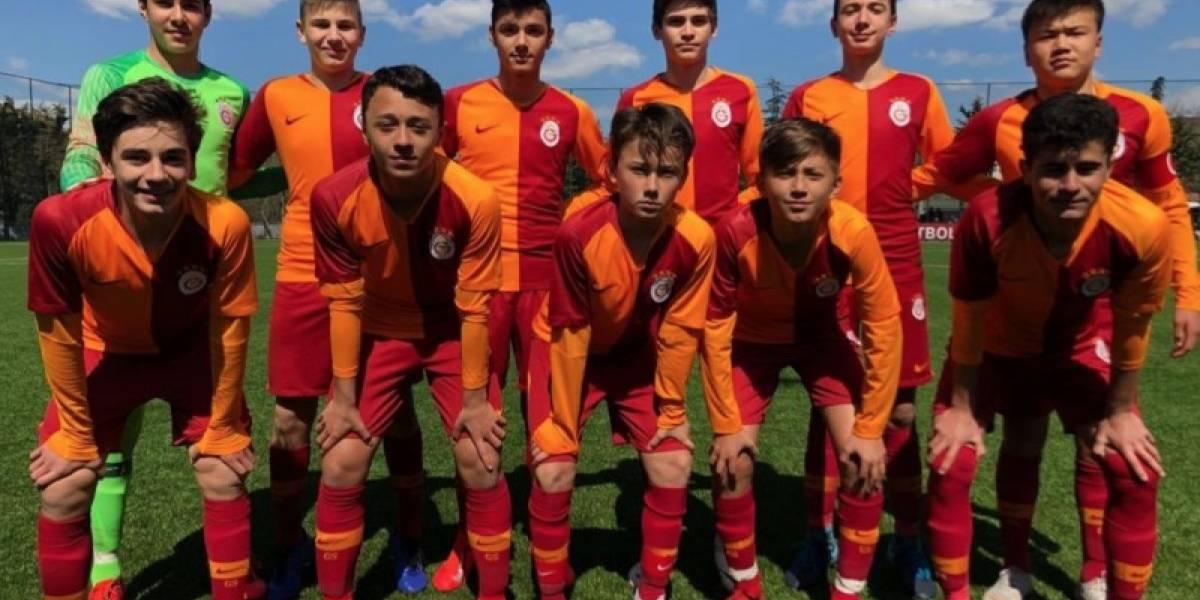 Jogador do Galatasaray erra pênalti de propósito e é elogiado pela torcida; entenda