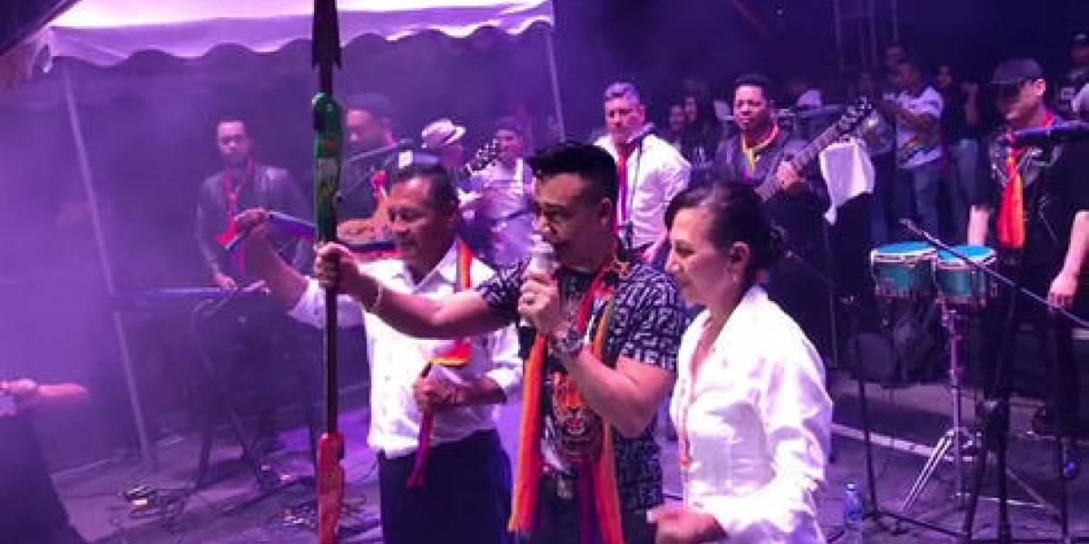 Elvis Martínez recibe distinción en Ecuador