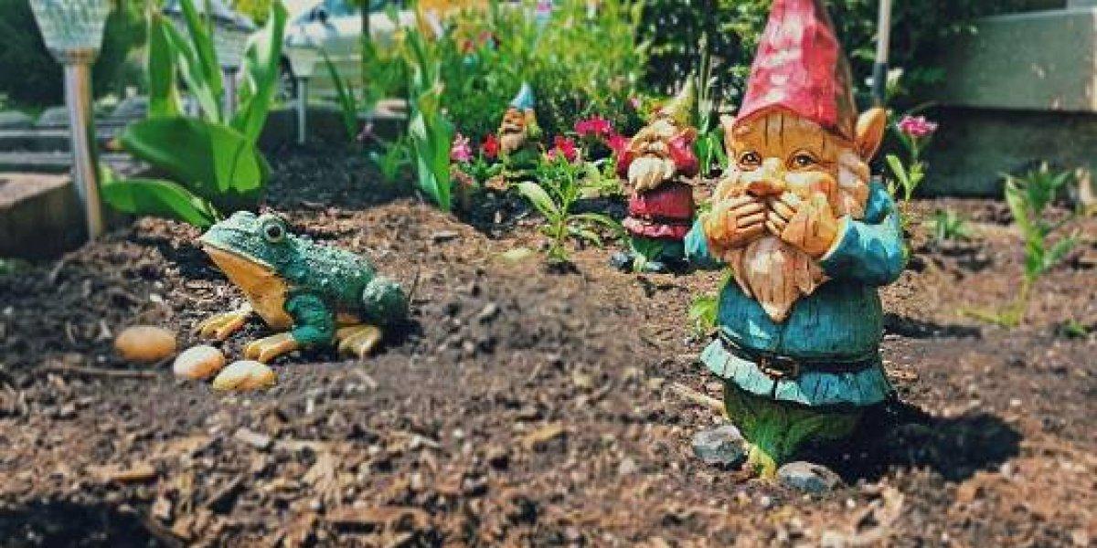 Ciudad se encuentra en alerta total tras robo masivo de gnomos de jardín: delincuentes los vuelven a pintar y los venden en el mercado negro