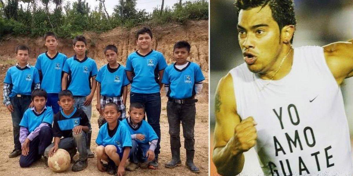 """Carlos """"el Pescado"""" Ruiz contribuye con la ilusión de un equipo de futbol de niños"""
