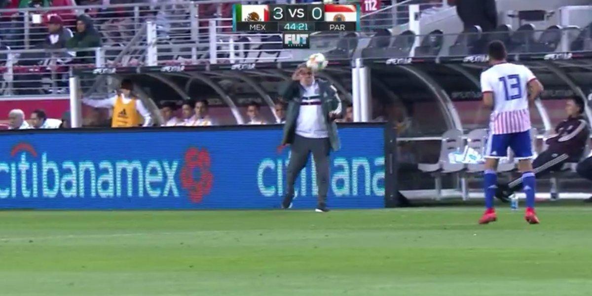 VIDEO: 'Tata' Martino recibe duro balonazo en la cara