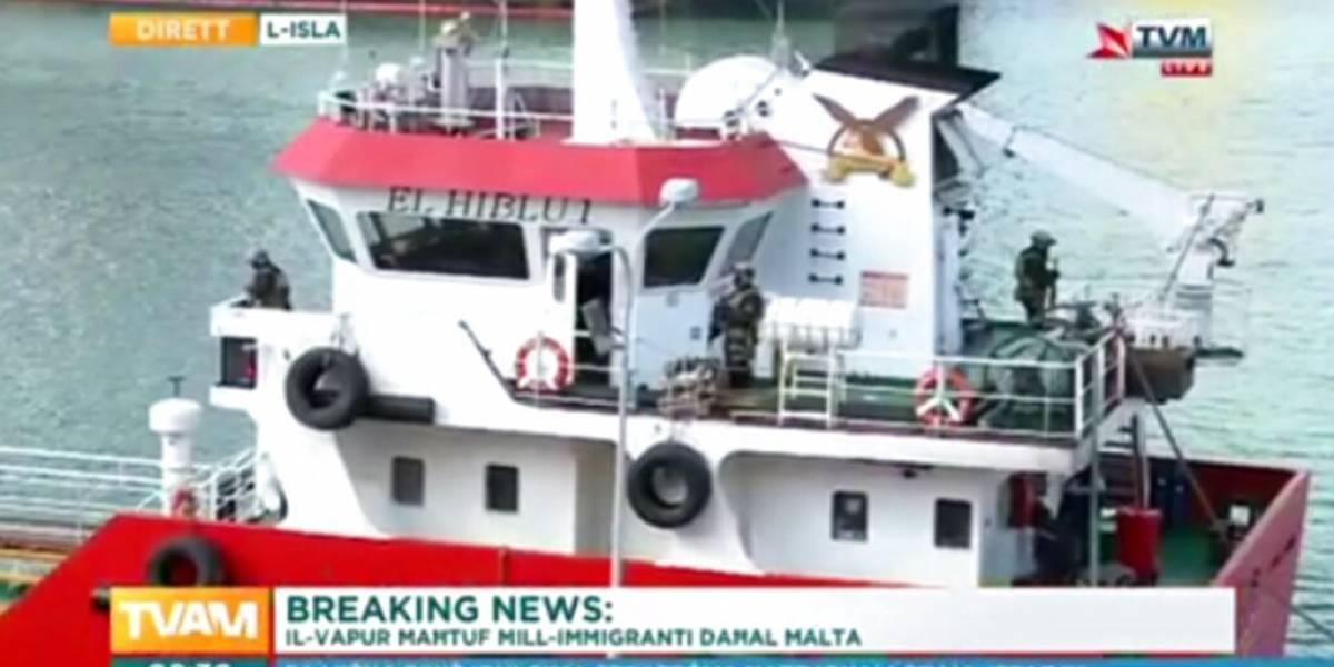 Petrolero secuestrado por más de 100 migrantes rescatados en el mar llega a puerto en Malta