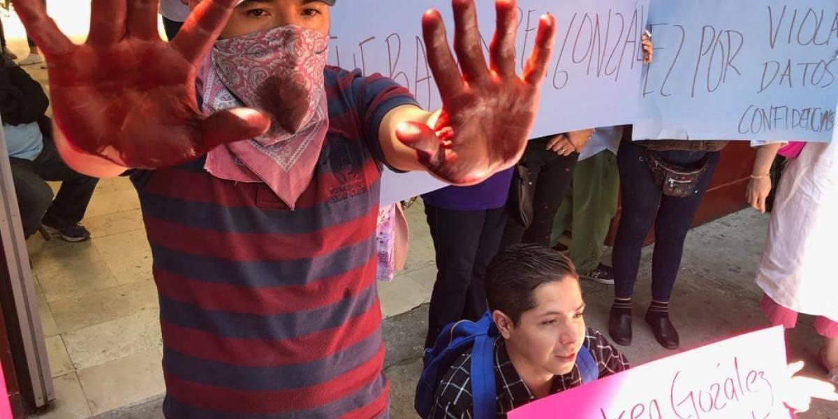 Pleito por 18 plazas afecta al día a mil 500 personas en Clínica Condesa