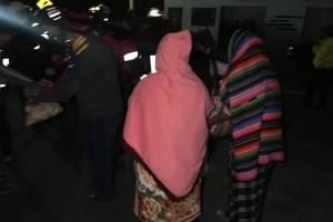 pobladores reparten café a socorristas en Nahualá