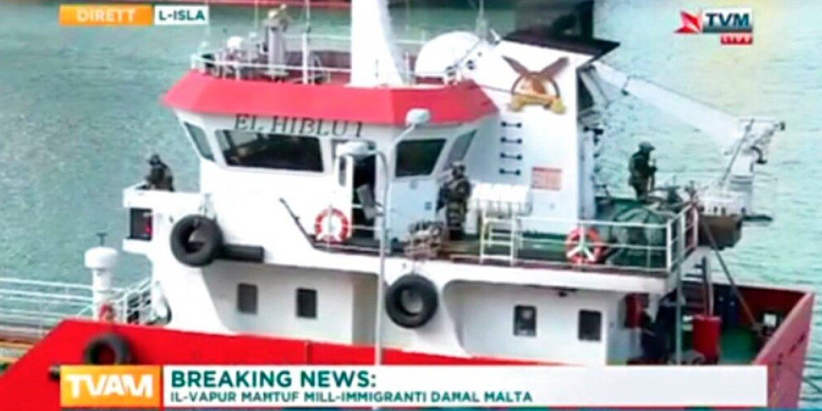 Petrolero secuestrado por migrantes llega a puerto en Malta