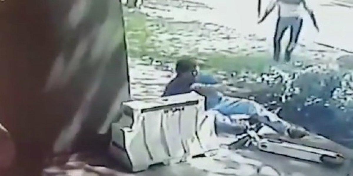 """""""Es lamentable, peligroso, cero chistoso"""": Lavín funa """"inaceptable comportamiento de scooterista"""" que atropella a peatón en Las Condes"""