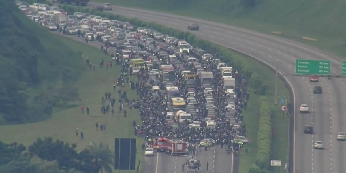 Pouso do helicóptero águia trava a rodovia dos Imigrantes na chegada em São Paulo