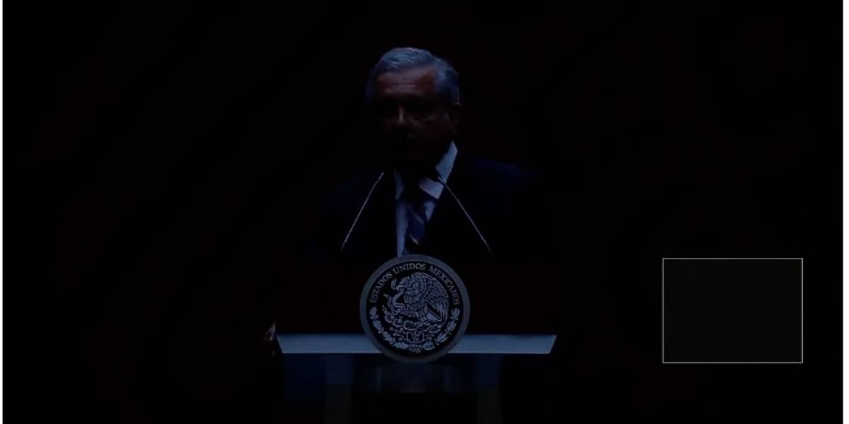 """""""Es un compló"""": Apagón interrumpe conferencia de López Obrador"""