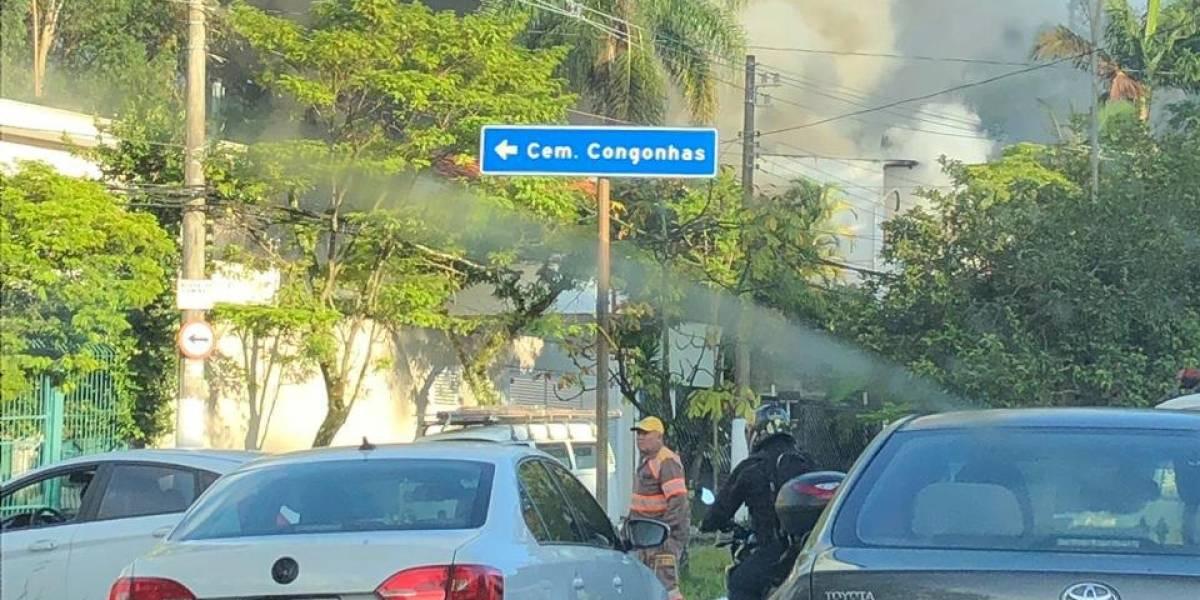 Bombeiros resgatam duas vítimas de incêndio em casa na zona sul de São Paulo