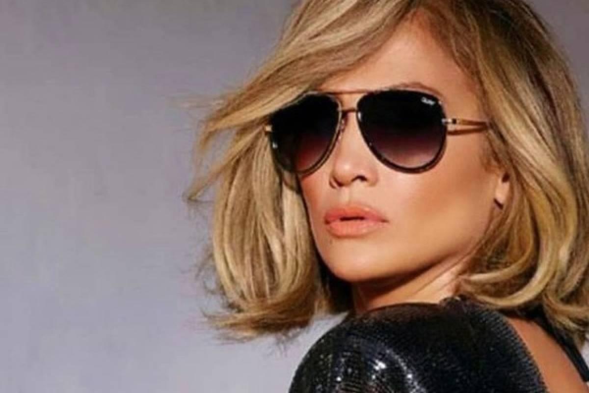 6ae45fb13e4a Jennifer Lopez incendia la noche con su vestido transparente. Ahora  sorprendió la noche de los angeles por su prenda que dejó a muchos  boquiabierta.