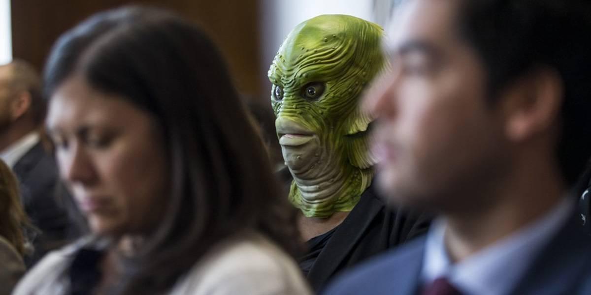 Monstruo del Pantano va a protestar al Senado contra Trump