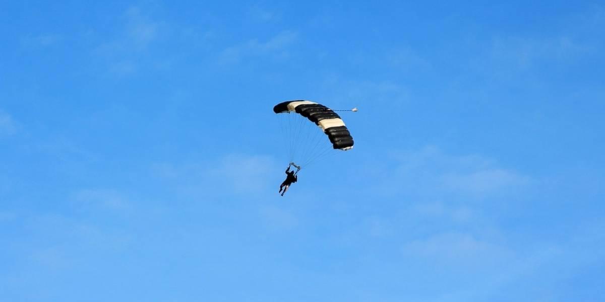 Jovem comemora 18 anos saltando de paraquedas e acaba morrendo diante da família