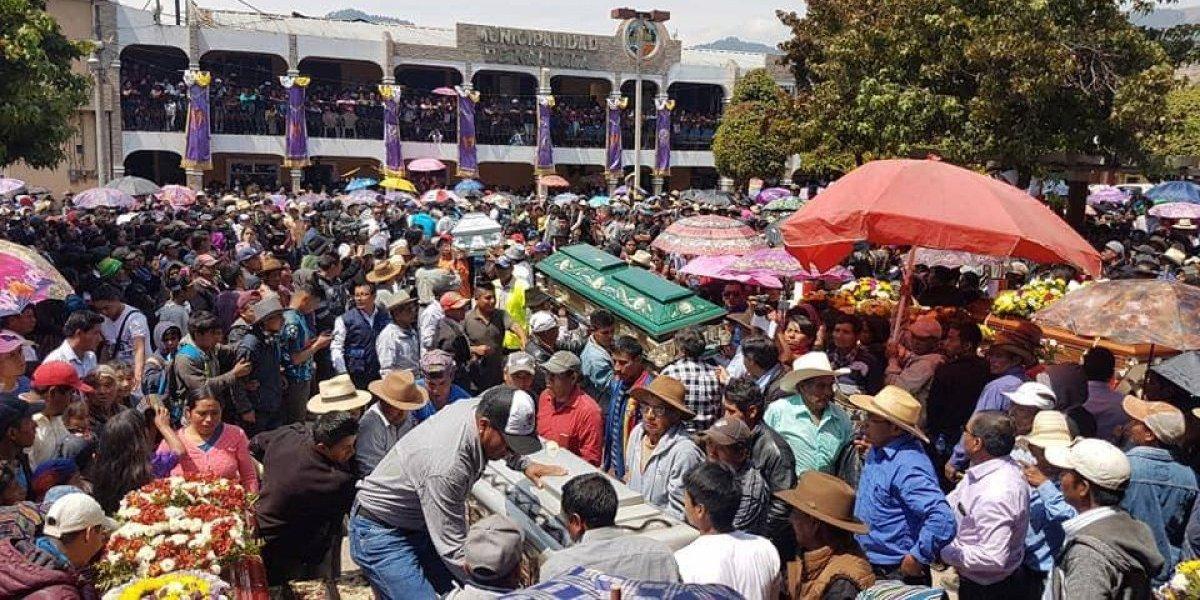 Entre lágrimas y escenas de dolor despiden a fallecidos en tragedia de Nahualá, Sololá