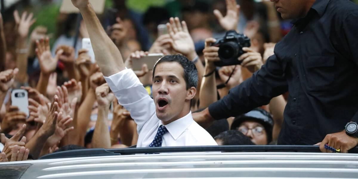 """""""Convirtamos la indignación en movilización"""": Chavismo y oposición se manifiestan en Venezuela en el contexto de los apagones"""