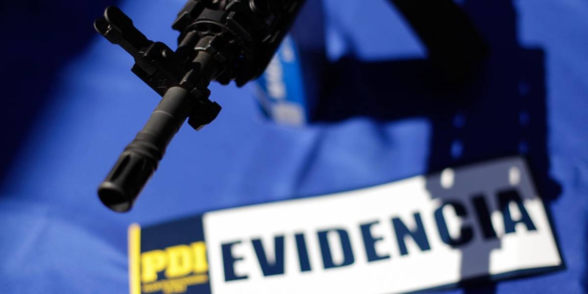 Lo Prado: falsos carabineros atracan negocio de abarrotes armados con fusil AK-47