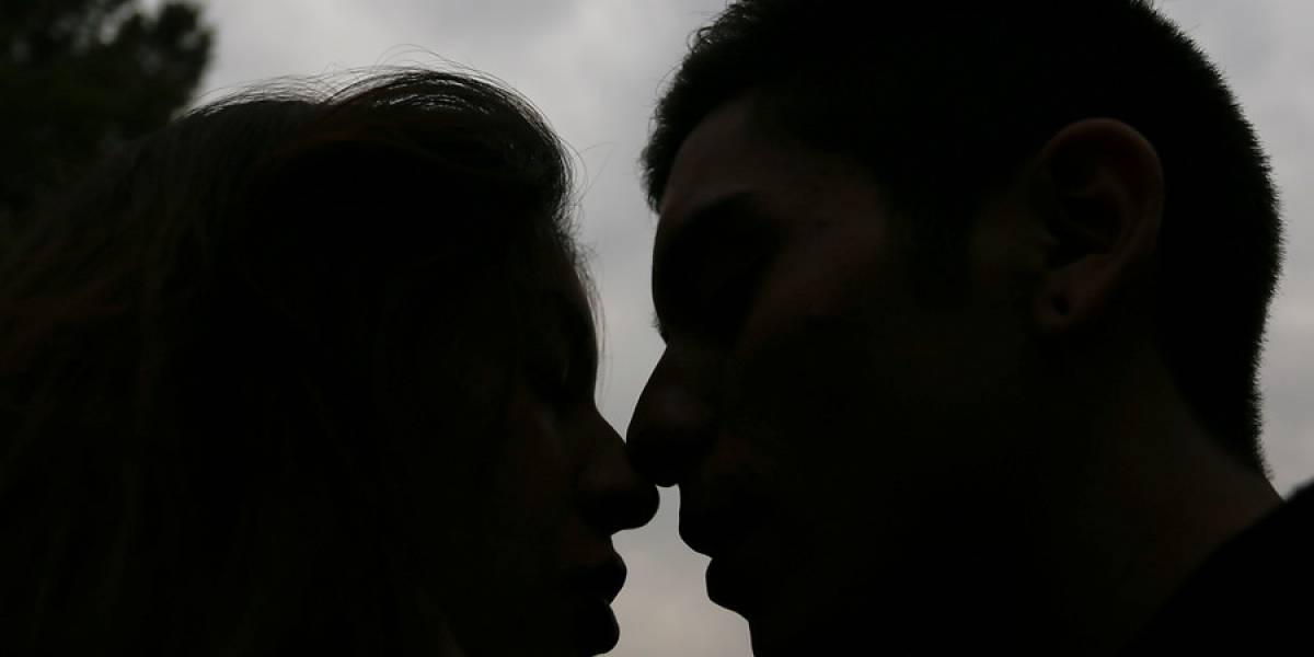 El hecho causó un quiebre matrimonial: cámara de vigilancia de Quintero capta a mujer besando a hombre en una plaza y fotos llegaron a su esposo