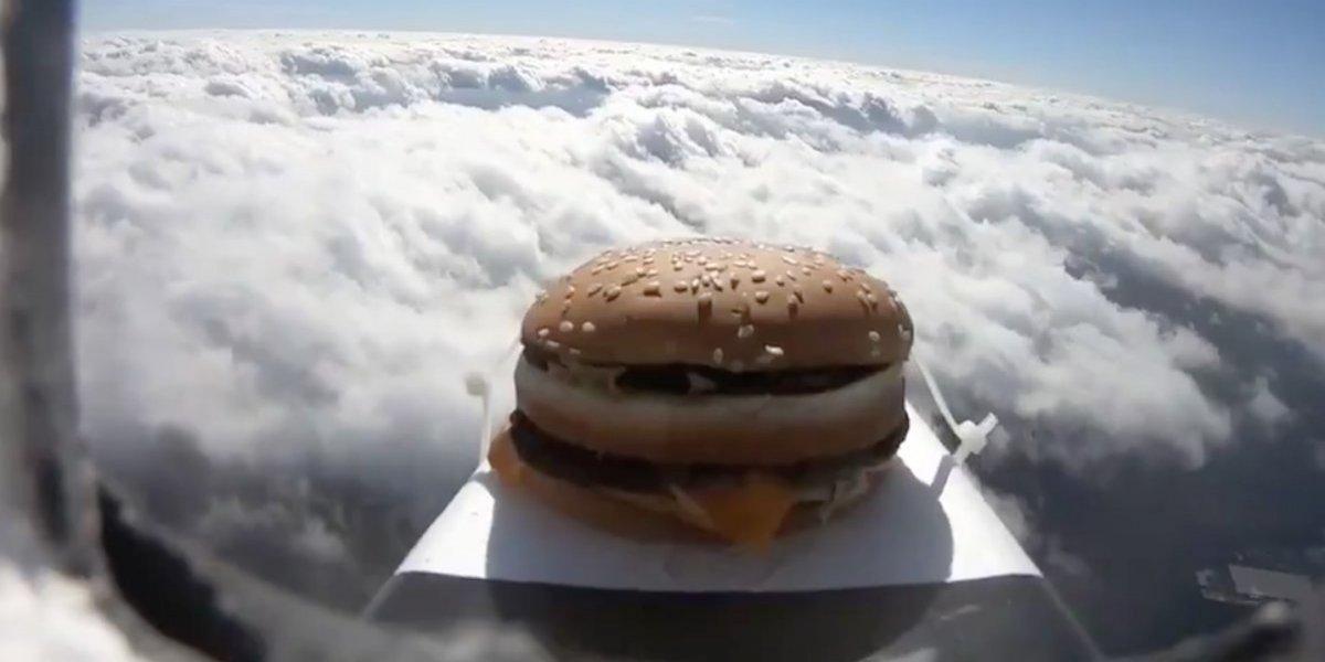 VIDEO: 'Hamburguesa espacial' aterriza en el estadio del Colchester United