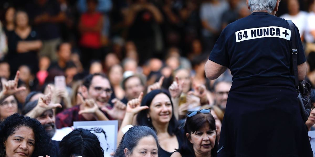 Manifestantes contra e a favor do regime militar de 1964 realizam atos em todo Brasil