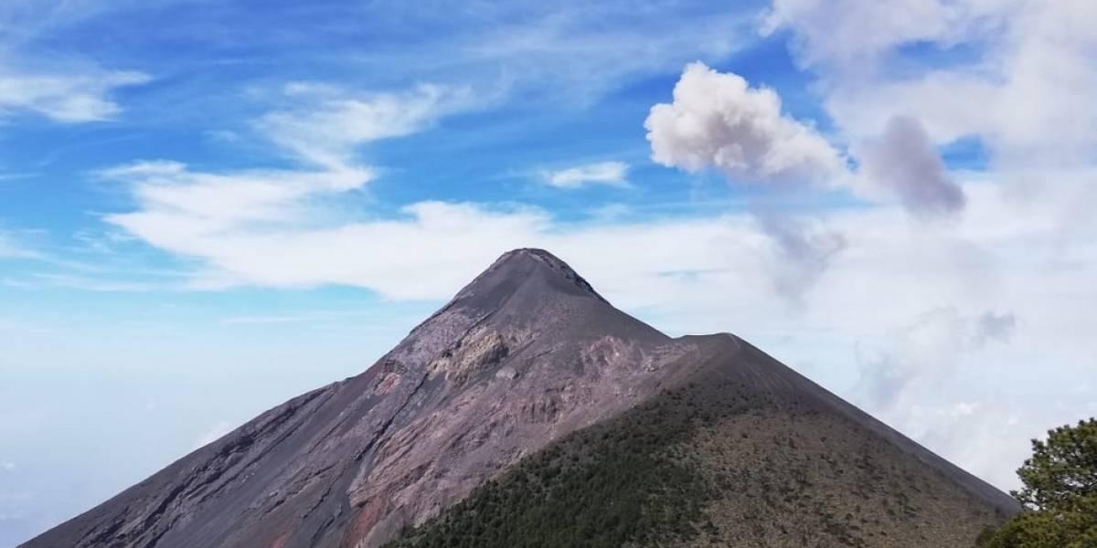 Volcán de Fuego registra explosiones y lanza ceniza