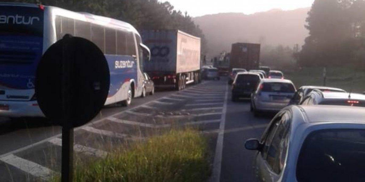 Caminhão arrasta fiação de poste por rodovia em Ribeirão Pires