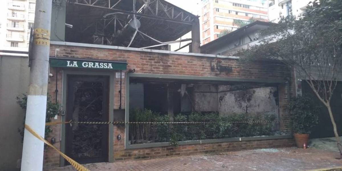 Restaurante pega fogo em Moema e causa bloqueio da avenida Juriti