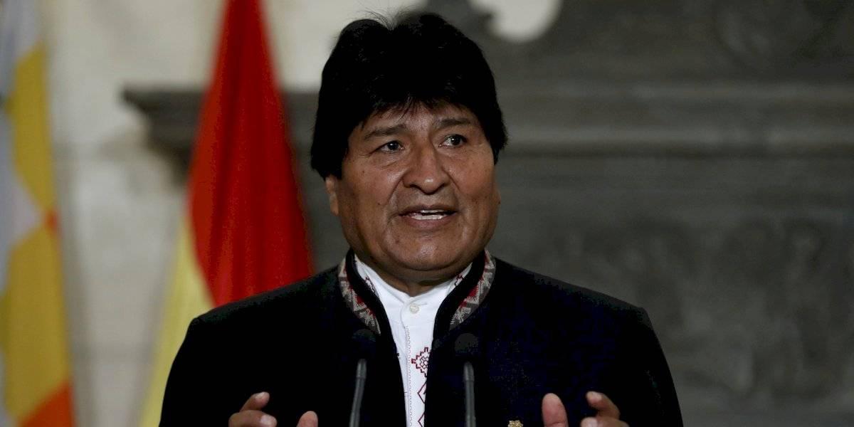 Lanzan una silla contra Evo Morales en plena reunión de su partido en Bolivia