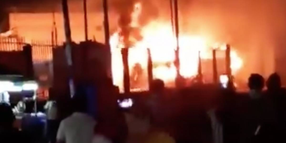 Tragedia en Perú: bus se incendia en pleno terminal en Lima y deja al menos 20 muertos