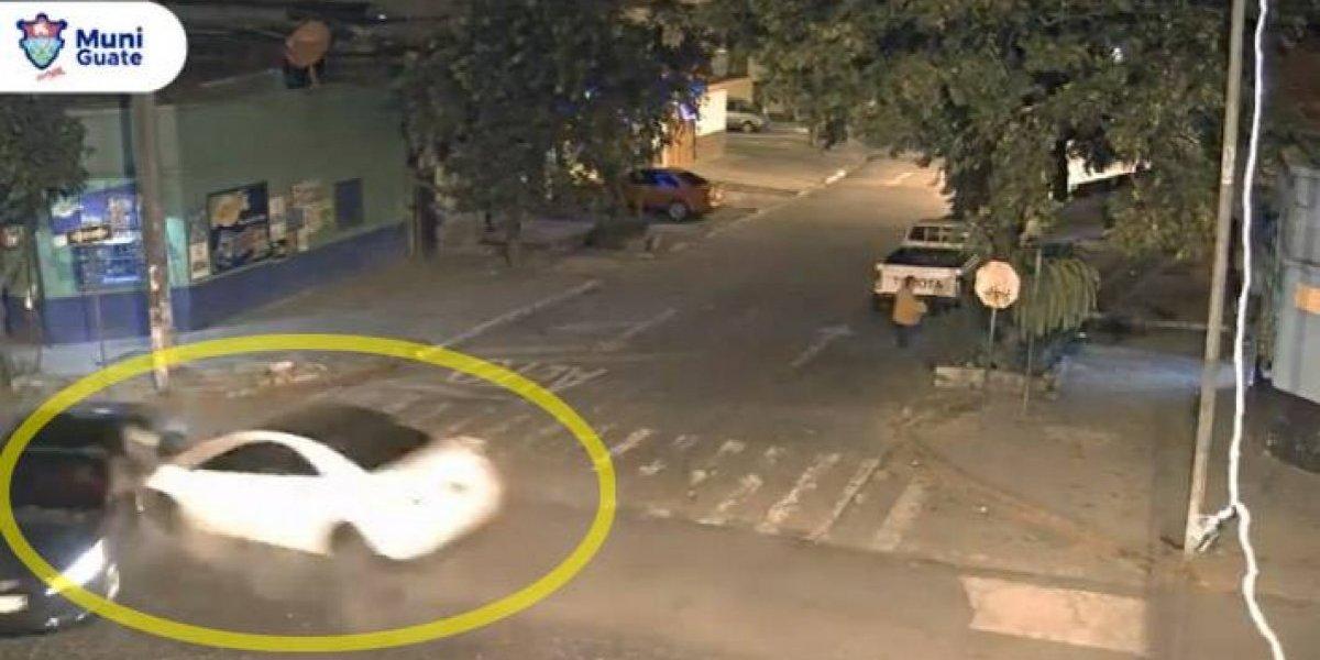 VIDEO. Conductor se detiene a media calle y provoca fuerte choque