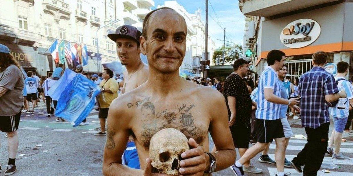 """""""Lo saqué del nicho"""": La historia del hincha de Racing que llevó el cráneo de su abuelo a los festejos"""