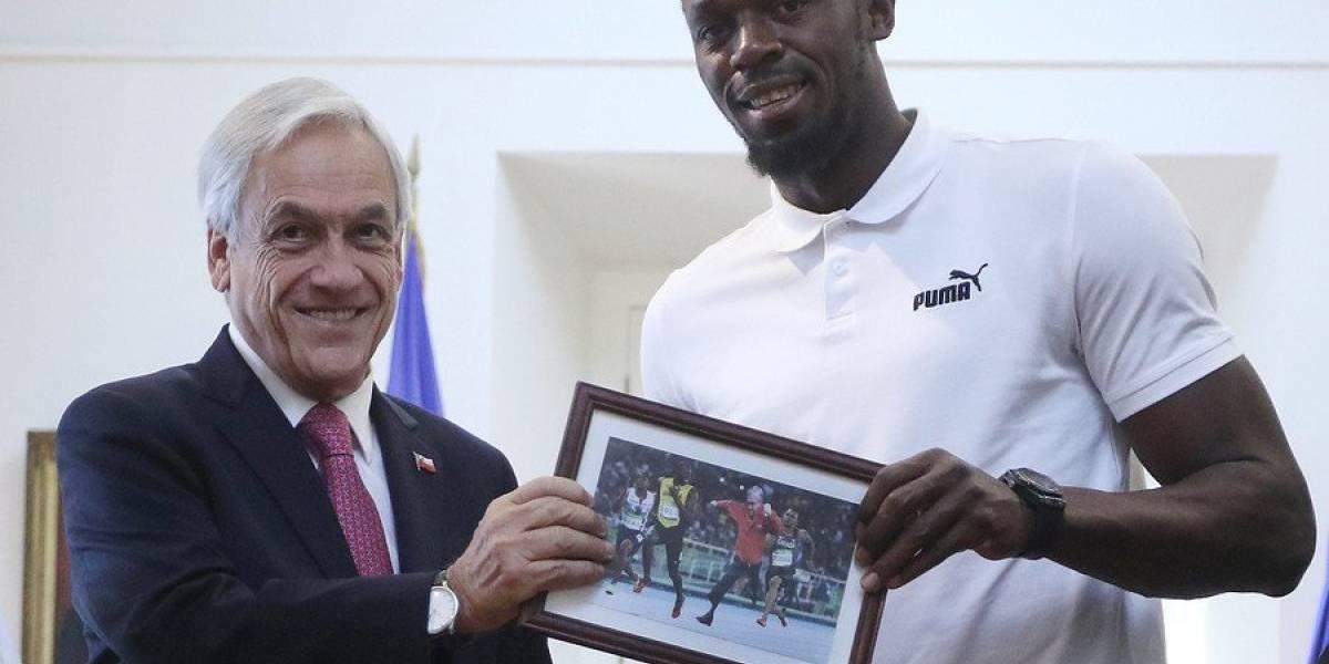 Insólito: Presidente Piñera le regala un cuadro con su propio meme a Usain Bolt