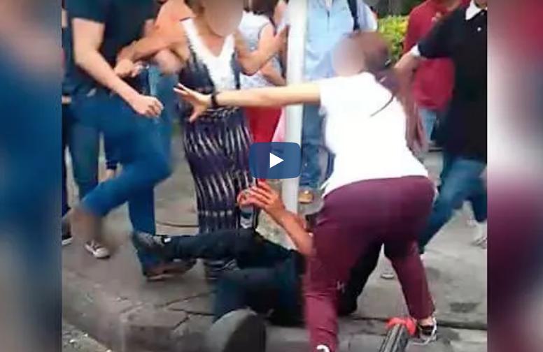 Valiente mujer se enfrentó a una turba para defender a un ladrón