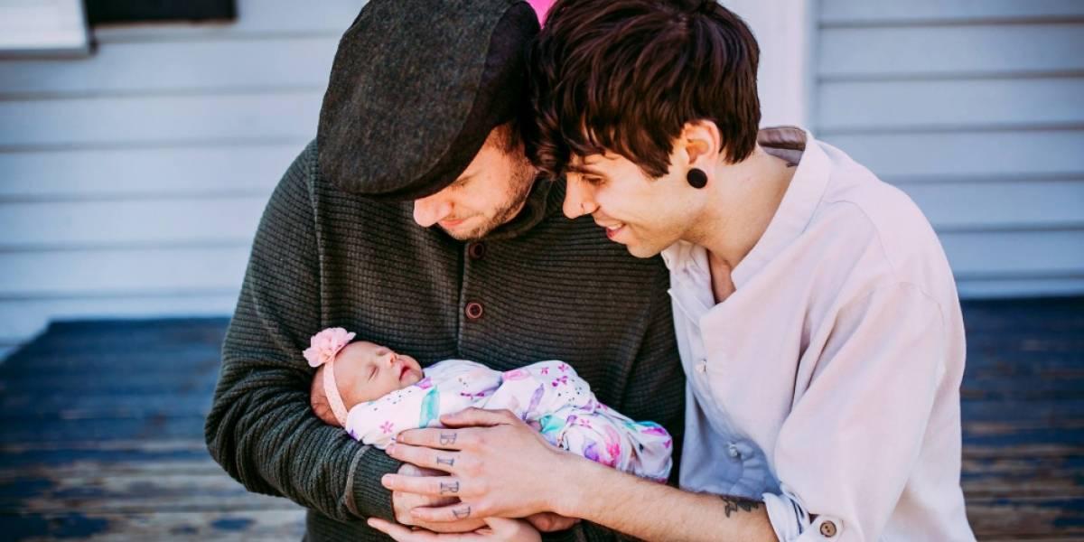 """Su tía donó los óvulos y su abuela la llevó en el vientre: pareja gay logra convertirse en padres gracias a la ayuda de """"toda"""" su familia"""