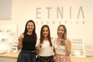 Kristy Tory, Gerente de Marketing, Andrea Navarrete, Imagen de la Marca y María del Carmen Auz, Líder de Marca Etnia Cosmetics.