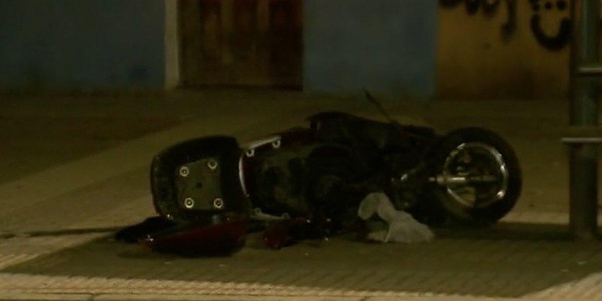 Conductora del automóvil habría realizado un adelantamiento indebido: motociclista muere tras chocar de frente con un automóvil en Quinta Normal