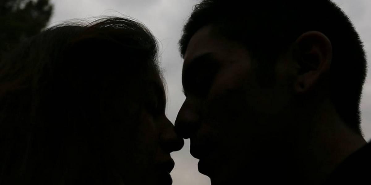 Cámara de vigilancia capta a mujer infiel y fotos llegan a su esposo