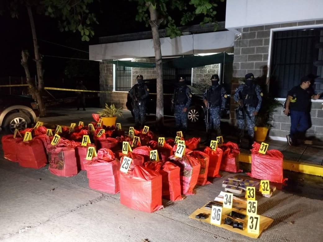 Localizan 933 paquetes con cocaína en vehículo en San Marcos